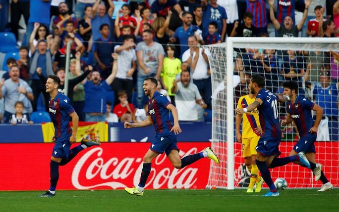 Levante tạo địa chấn, Barcelona may mắn không mất ngôi La Liga - Ảnh 5.