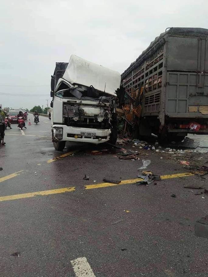 Hai xe tải đối đầu, 4 người bị thương nặng - Ảnh 1.