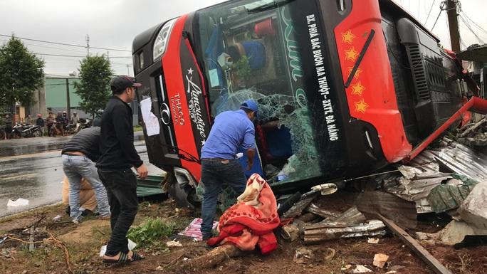 Xe giường nằm lật, người dân đập kính cứu hành khách - Ảnh 1.