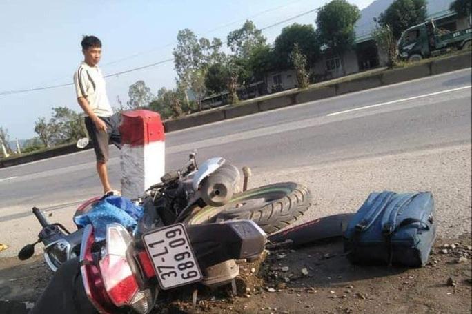 Cô gái trẻ tử vong cạnh chiếc xe máy dập nát trên quốc lộ 1A - Ảnh 1.
