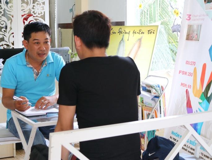 Đồng tính nam có thể là nhóm chính nhiễm mới HIV ở Việt Nam - Ảnh 2.
