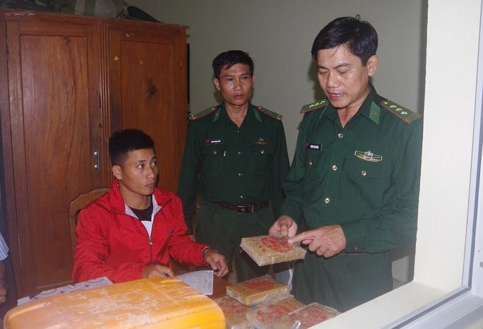 NÓNG: Hàng chục bánh heroin có chữ Trung Quốc trôi vào biển Quảng Nam - Ảnh 9.