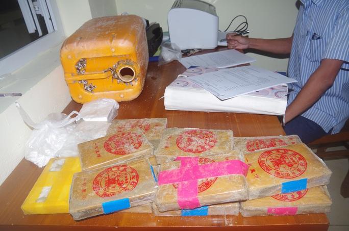 NÓNG: Hàng chục bánh heroin có chữ Trung Quốc trôi vào biển Quảng Nam - Ảnh 8.