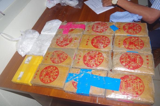 NÓNG: Hàng chục bánh heroin có chữ Trung Quốc trôi vào biển Quảng Nam - Ảnh 7.