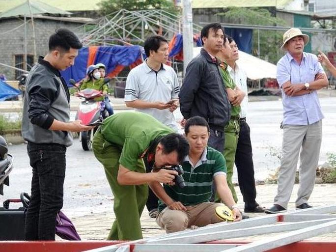 Dựng xà gồ thi công, 11 người bị điện giật thương vong - Ảnh 2.