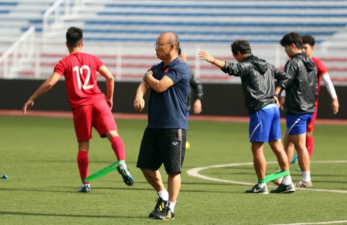 Cảm động HLV Park Hang-seo đội mưa nhặt từng viên sỏi trước ngày tập kín đấu Indonesia - Ảnh 2.