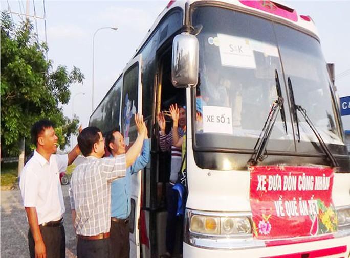 Bình Phước: Hỗ trợ xe đưa công nhân về quê đón Tết - Ảnh 1.