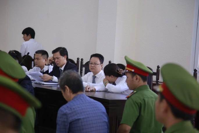 Nguyên Bí thư Thị ủy Bến Cát nhoẻn cười đến hầu tòa - Ảnh 7.