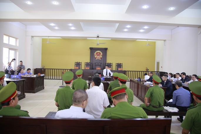 Nguyên Bí thư Thị ủy Bến Cát nhoẻn cười đến hầu tòa - Ảnh 8.
