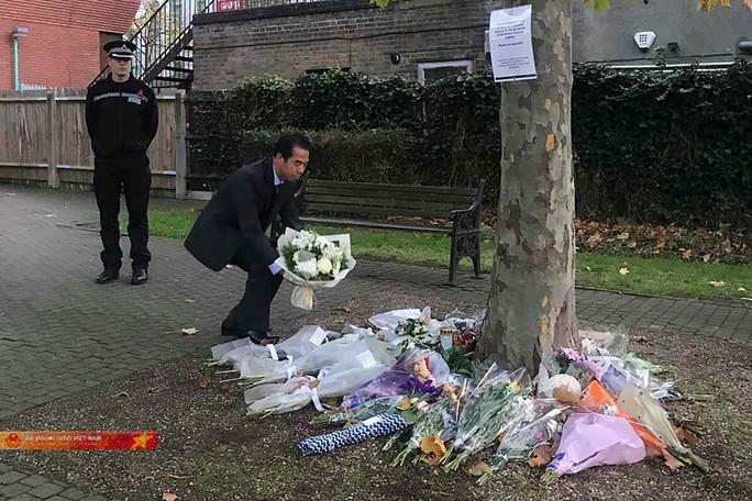 Thứ trưởng Ngoại giao đặt hoa tưởng niệm 39 nạn nhân tử vong tại Anh - Ảnh 2.