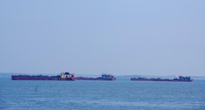 Điều tra vụ 3 sà lan lén khai thác cát trên biển Cần Giờ - Ảnh 1.