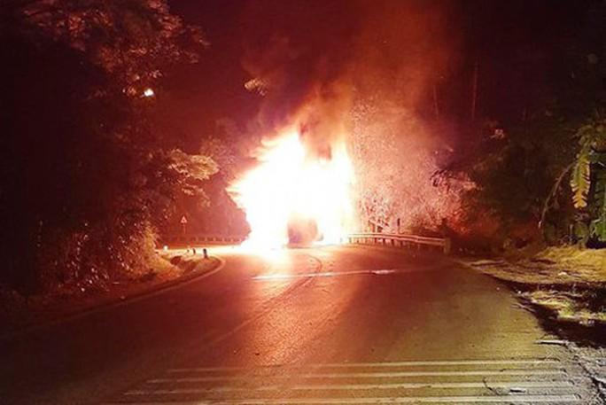 Xe khách giường nằm bốc cháy dữ dội, 20 hành khách phá cửa, đập vỡ kính thoát thân - Ảnh 1.