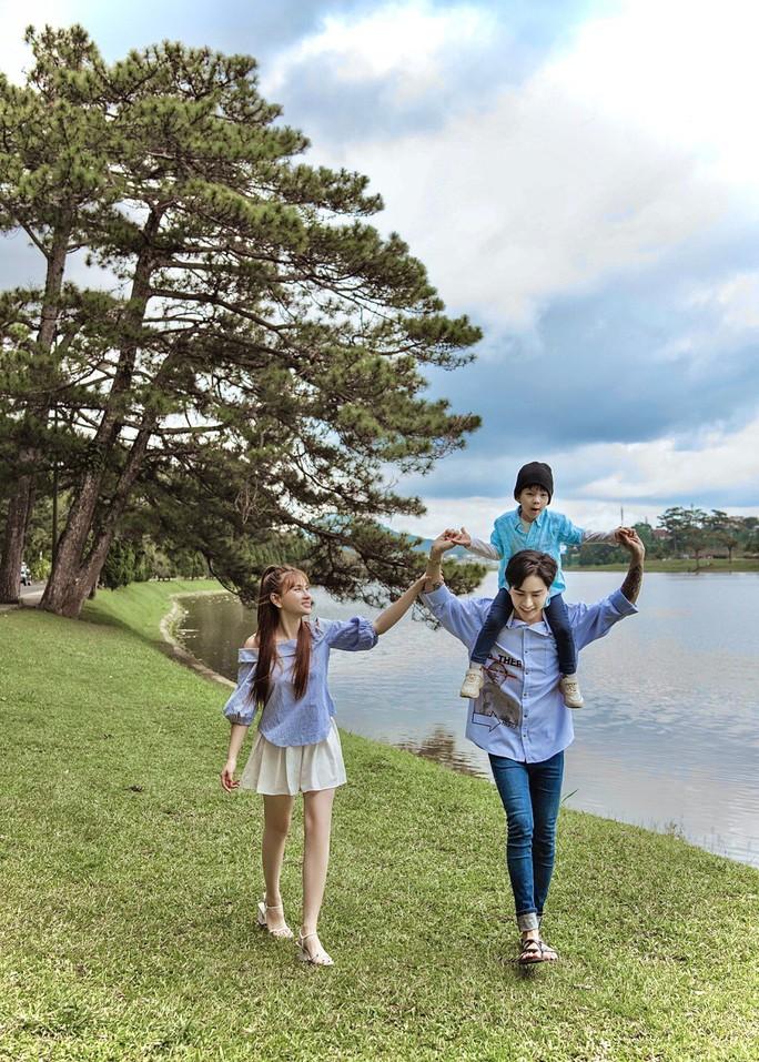Hậu sóng gió, Thu Thủy khoe bộ ảnh gia đình hạnh phúc - Ảnh 3.