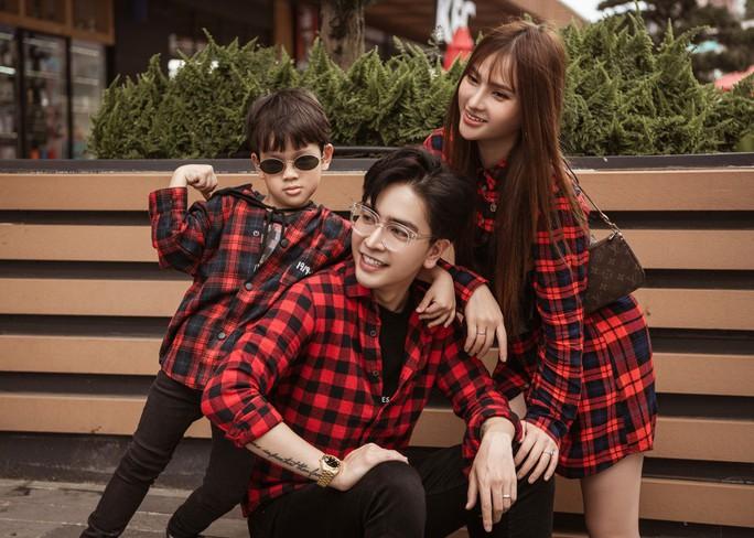 Hậu sóng gió, Thu Thủy khoe bộ ảnh gia đình hạnh phúc - Ảnh 1.