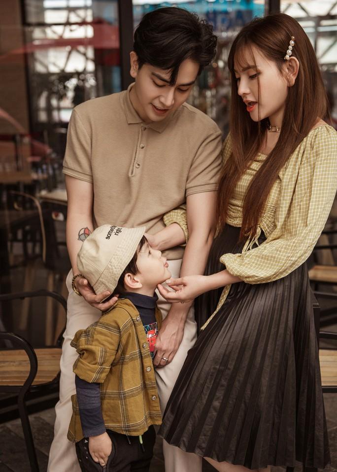 Hậu sóng gió, Thu Thủy khoe bộ ảnh gia đình hạnh phúc - Ảnh 2.
