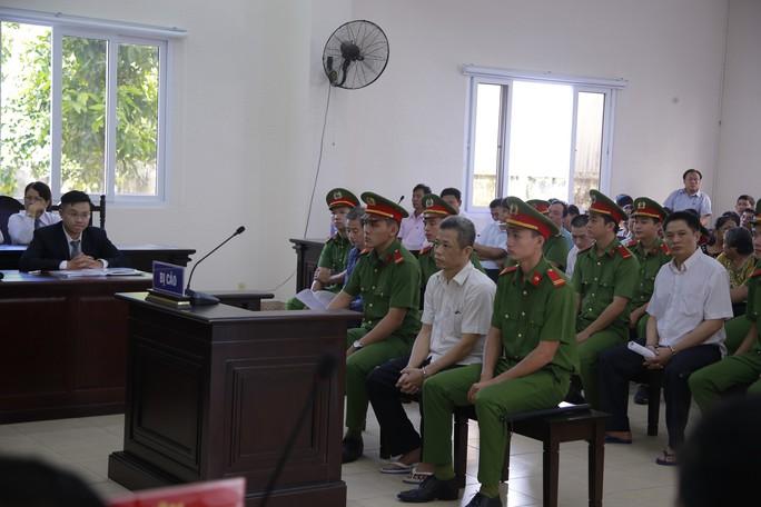 Hoãn phiên tòa xét xử cựu bí thư Thị ủy Bến Cát - Ảnh 1.