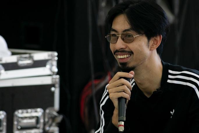 Đen Vâu nằm vật ra sàn tập cho liveshow đầu tay cùng ban nhạc - Ảnh 2.