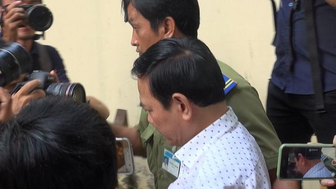 Ông Nguyễn Hữu Linh đến tòa bằng ôtô và đi thật nhanh vào phòng xử kín - Ảnh 1.