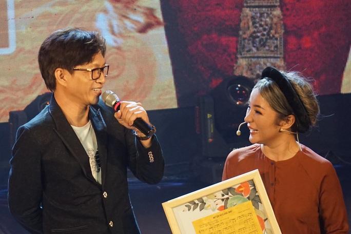 NSND Hồng Vân hóa thân hồn ma nghệ sĩ trong live show Thúy Nga - Ảnh 5.