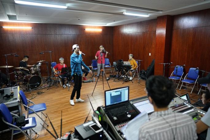 Đen Vâu nằm vật ra sàn tập cho liveshow đầu tay cùng ban nhạc - Ảnh 1.