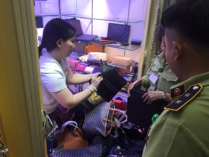 Quản lý thị trường đồng loạt kiểm tra ở chợ Bến Thành và Sài Gòn Square - Ảnh 2.