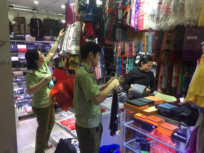 Quản lý thị trường đồng loạt kiểm tra ở chợ Bến Thành và Sài Gòn Square - Ảnh 5.