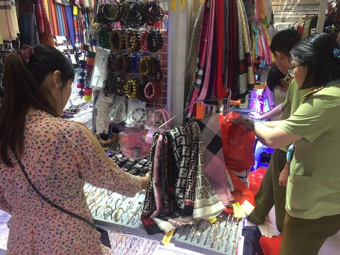 Quản lý thị trường đồng loạt kiểm tra ở chợ Bến Thành và Sài Gòn Square - Ảnh 6.