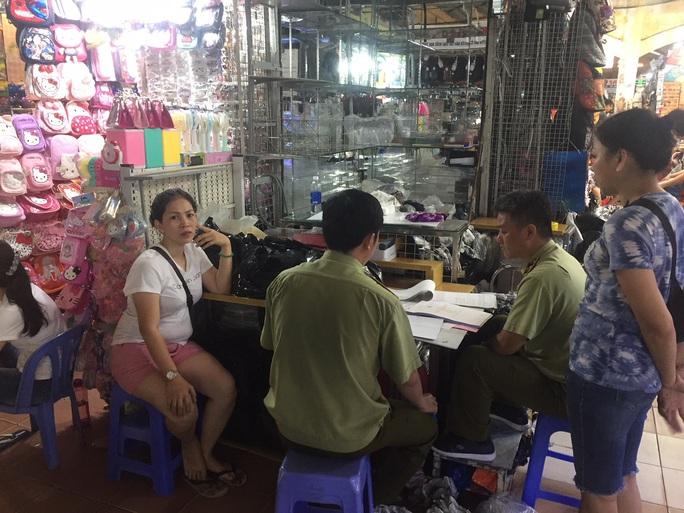 Quản lý thị trường đồng loạt kiểm tra ở chợ Bến Thành và Sài Gòn Square - Ảnh 14.