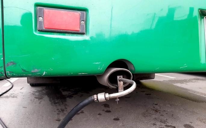 Cận cảnh TP HCM chốt chặn kiểm tra khí thải ôtô - Ảnh 2.
