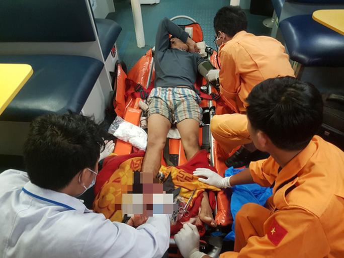 Cứu ngư dân bị tai nạn lao động, đứt lìa bàn chân khi đang hành nghề trên biển - Ảnh 3.