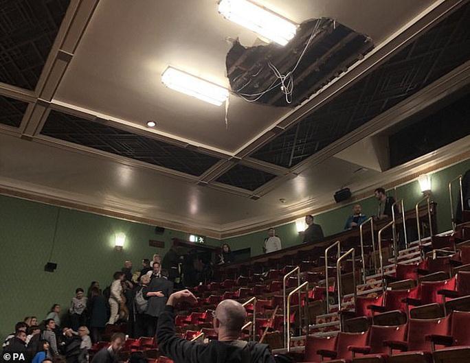 Sập trần nhà hát khi đang diễn kịch, hơn 1.000 người sơ tán - Ảnh 2.