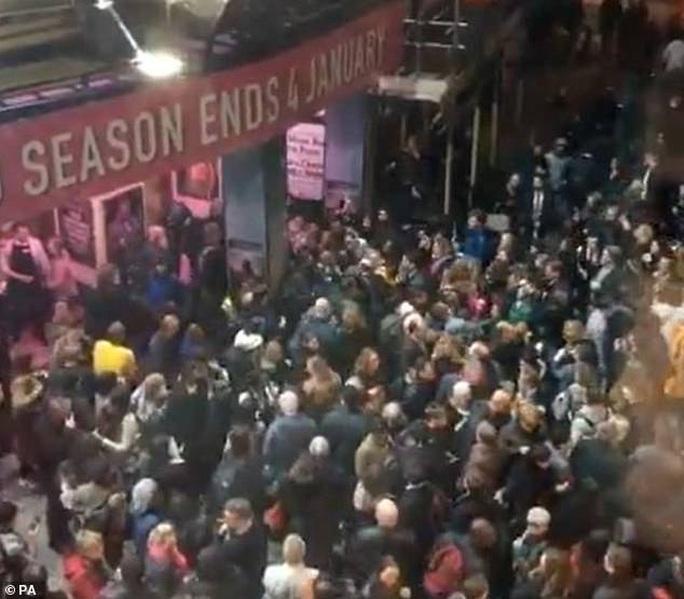Sập trần nhà hát khi đang diễn kịch, hơn 1.000 người sơ tán - Ảnh 4.