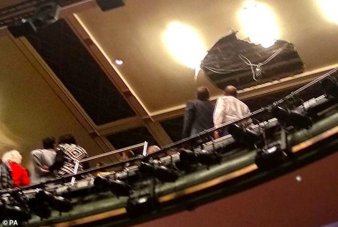 Sập trần nhà hát khi đang diễn kịch, hơn 1.000 người sơ tán - Ảnh 1.