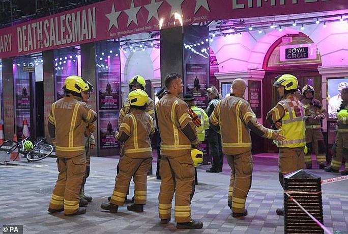 Sập trần nhà hát khi đang diễn kịch, hơn 1.000 người sơ tán - Ảnh 5.
