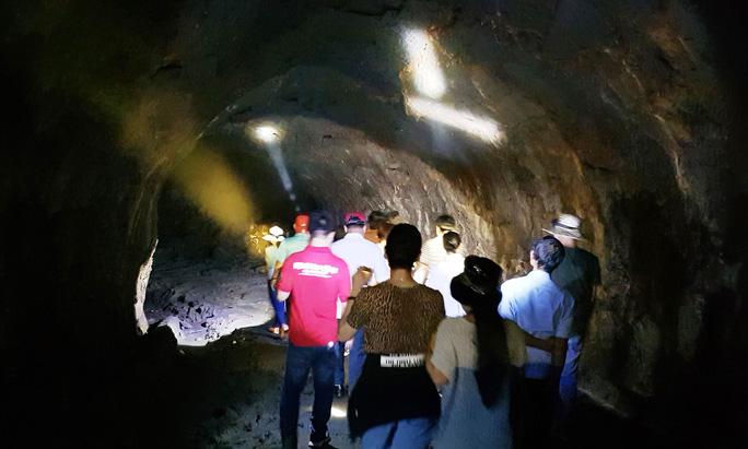 Kỳ vĩ hang động núi lửa Đắk Nông - Ảnh 1.