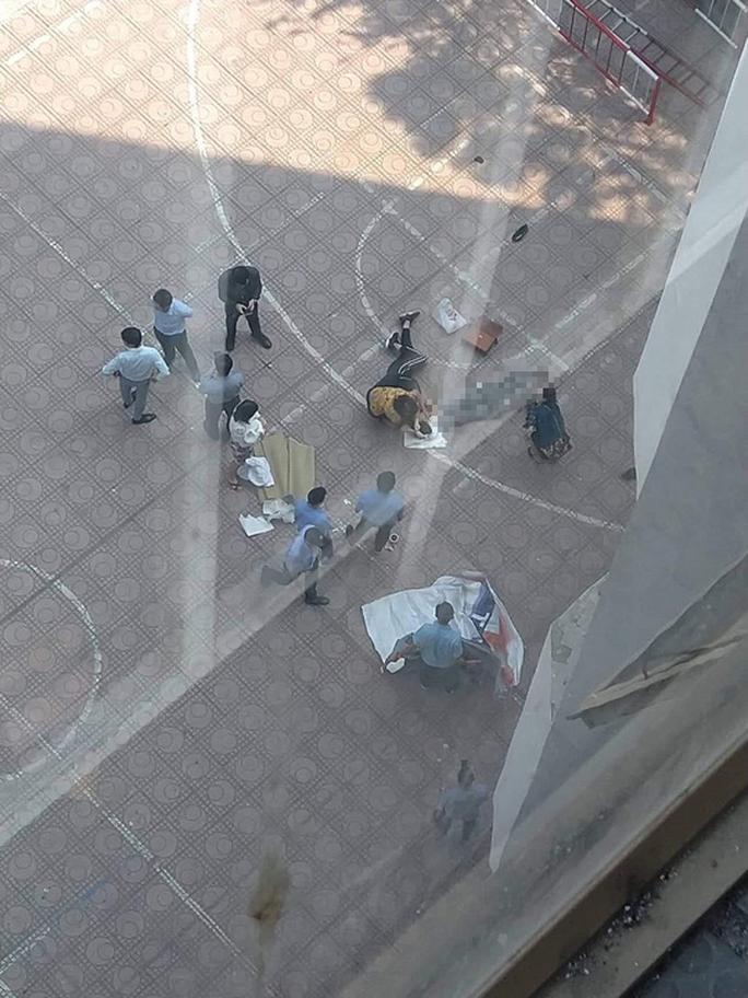Nam sinh viên trường Kiến trúc rơi từ tầng 13 trúng người khác, 2 người thương vong - Ảnh 1.