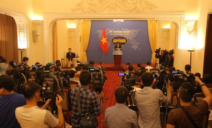 Phó phát ngôn Bộ Ngoại giao nói về giải quyết hậu sự nạn nhân người Việt vụ 39 người chết - Ảnh 1.