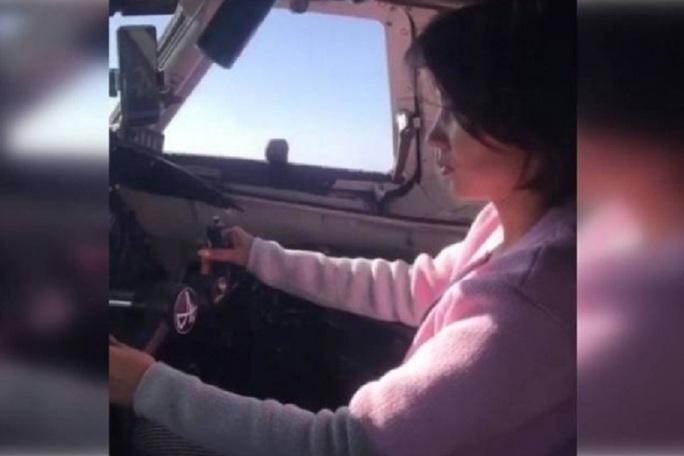 Phi công bị truy tố vì để bạn gái lái máy bay chở khách - Ảnh 1.