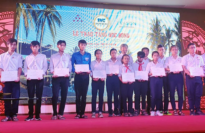 Khánh Hòa: Trao học bổng cho học sinh vượt khó, học giỏi - Ảnh 1.