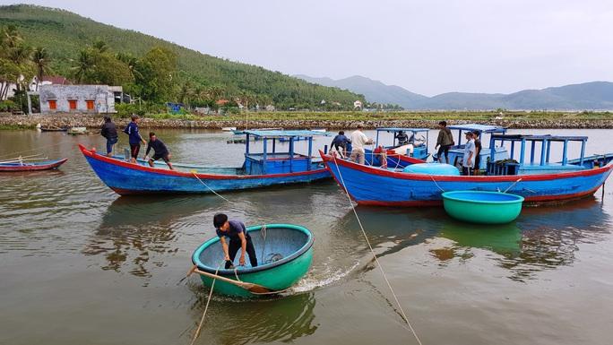 Lo ngại bão số 6 giật mạnh, Phú Yên, Bình Định cho học sinh nghỉ học - Ảnh 1.