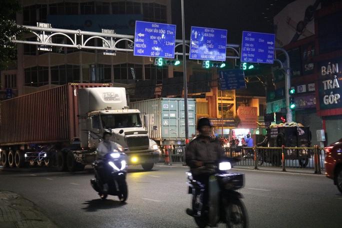 VIDEO: Kinh hãi với hung thần lao ầm ầm trong giờ cấm ở TP HCM - Ảnh 6.