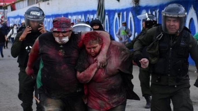 Người biểu tình cắt tóc và đổ sơn đỏ lên người nữ thị trưởng  - Ảnh 2.