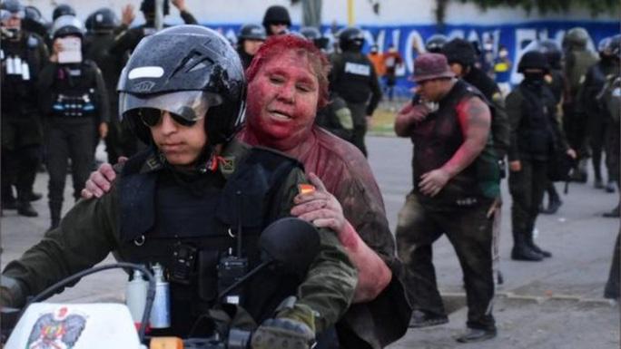 Người biểu tình cắt tóc và đổ sơn đỏ lên người nữ thị trưởng  - Ảnh 3.