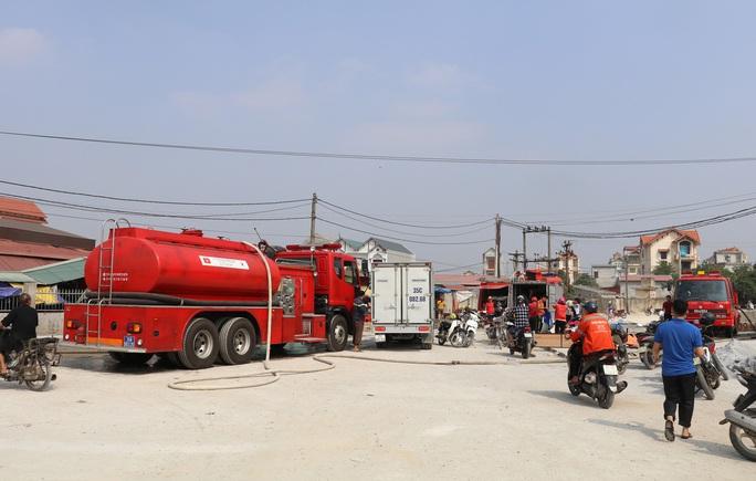 Hàng chục ki-ốt chợ Gián Khẩu cháy ngùn ngụt, thiệt hại hàng tỉ đồng - Ảnh 1.