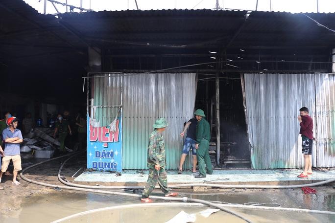 Hàng chục ki-ốt chợ Gián Khẩu cháy ngùn ngụt, thiệt hại hàng tỉ đồng - Ảnh 2.