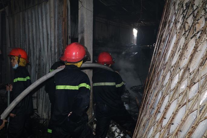Hàng chục ki-ốt chợ Gián Khẩu cháy ngùn ngụt, thiệt hại hàng tỉ đồng - Ảnh 3.