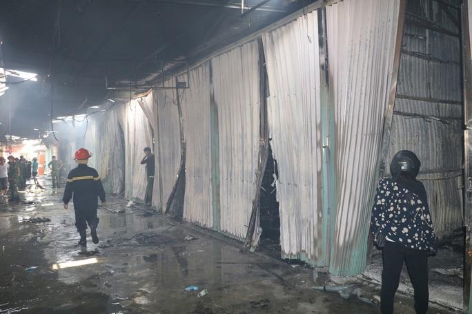 Hàng chục ki-ốt chợ Gián Khẩu cháy ngùn ngụt, thiệt hại hàng tỉ đồng - Ảnh 4.