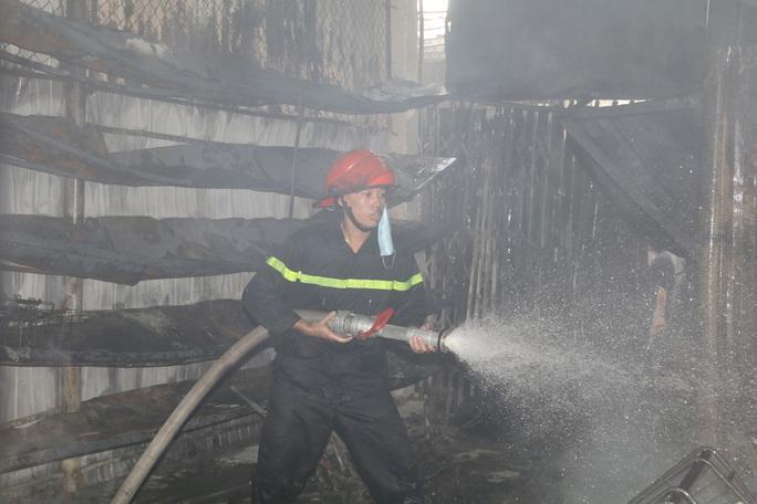 Hàng chục ki-ốt chợ Gián Khẩu cháy ngùn ngụt, thiệt hại hàng tỉ đồng - Ảnh 5.