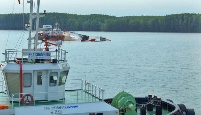 Tối thiểu gần 1 tháng nữa mới đưa được tàu chìm tại Cần Giờ vào bờ - Ảnh 1.