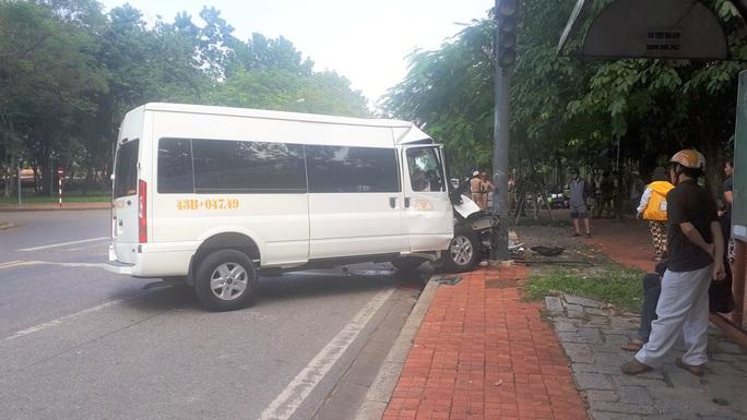 Xe chở du khách Hàn Quốc tông vào trụ đèn giao thông - Ảnh 1.